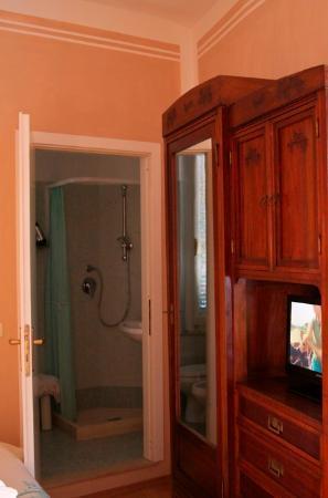 Albergo Morlacchi: Room and bathroom