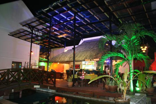 Nirvana Beach Resort: Bar - Dining Area