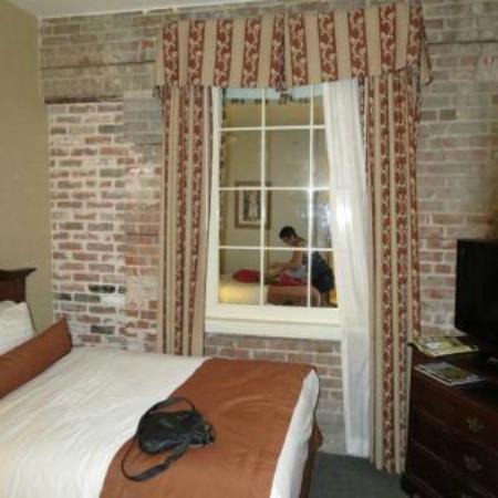 BEST WESTERN PLUS St. Christopher Hotel: la chambre un peu juste mais sans fenetre juste un leurre!
