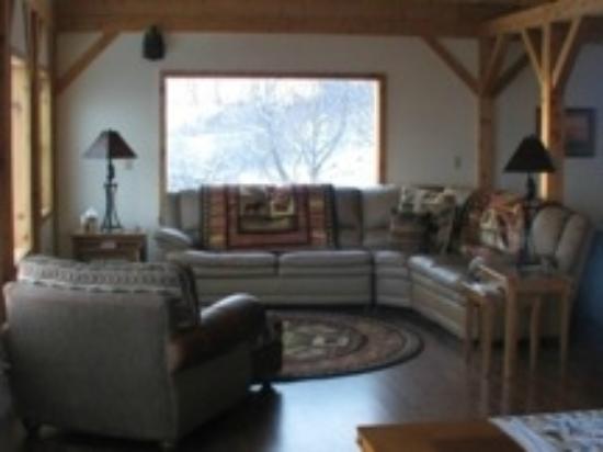 Alaska Adventure Cabins: Bear's Den living room