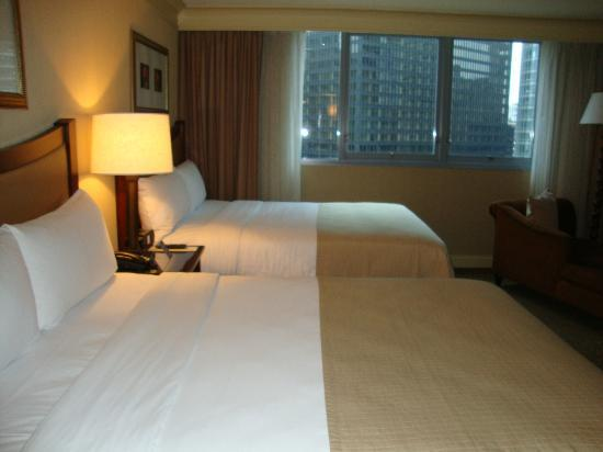 Wyndham Grand Chicago Riverfront: Another view of the bedroom