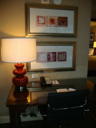 Wyndham Grand Chicago Riverfront: The uncluttered desk