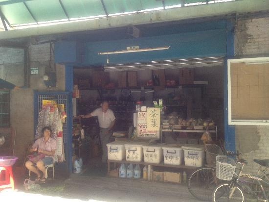 Ev8dhome B&B Hostel: The traditional grocery store nearby. This type of store is almost extinct in Taipei. Many Movie