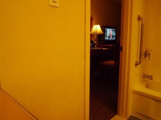 Hotel Chrome Montréal Centre-Ville : mirror reflects TV in Bath room