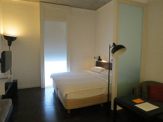 Morrissey Hotel Residences: comfy bed at room 410