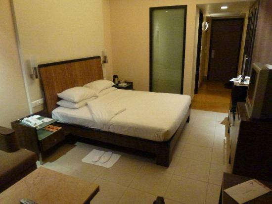 Deccan Rendezvous: clean bedroom but on the small side