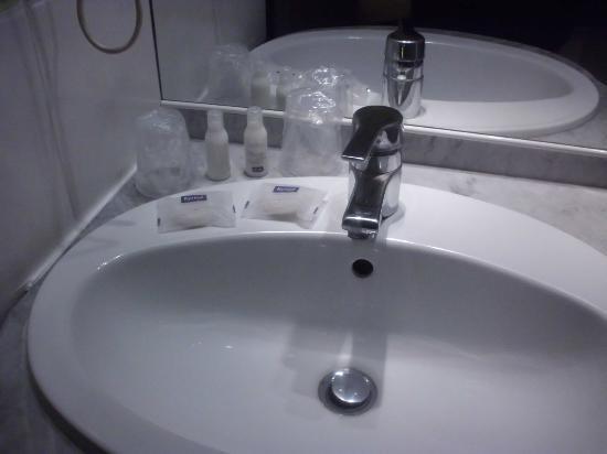 Kyriad Dax - Saint Paul Les Dax : lavabo et gel shampoing