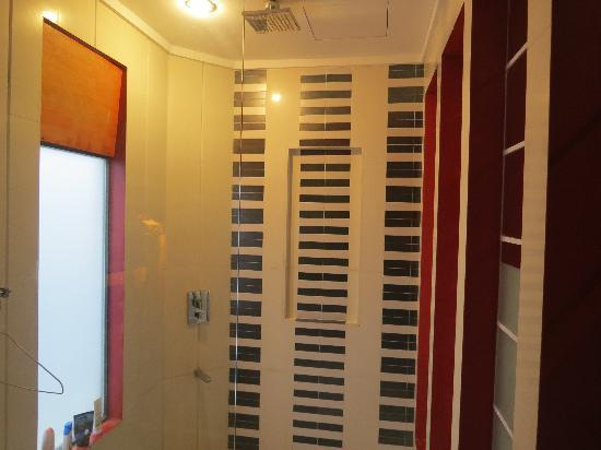 Erus Suites Hotel: shower on the ceiling