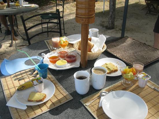 Les Lataniers Bleus: petit dejeuner