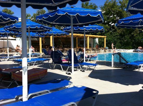 ميتسيس فاليراكي بيتش هوتل: Pool, sunbed area + pool bar with snacks