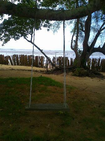 Islanda Hideaway Resort: catch a swing by the beach