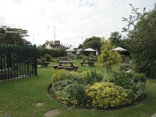 Premier Inn London Ruislip Hotel: Beer garden of The Orchard