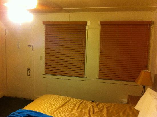 Panamint Springs Resort: window blinds in room,new.
