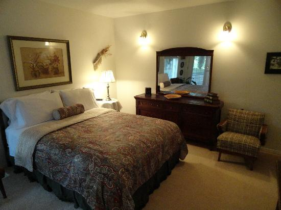 Ridgeview Gardens Bed and Breakfast: Bedroom of the suite