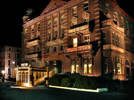 Queen's Hotel: Night View - Frontage