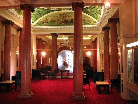 Queen's Hotel: Reception Area