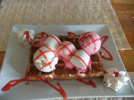 Buzz Grill & Seafood: Marshmallow waffle - Delish!!!