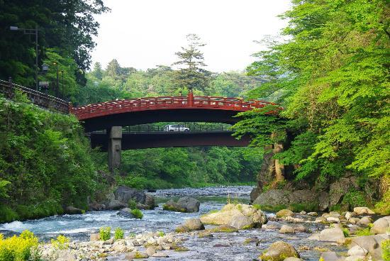 Nikko Kanaya Hotel: Vista sul ponte dal giardino