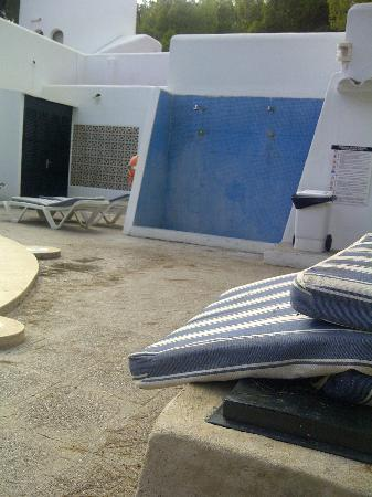 Club Cala D`Or Park Apartments : filthy shower area and dirty sunbed covers dumped