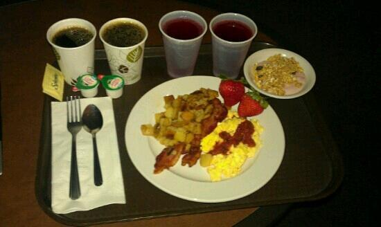 Oxford Suites Chico: Free quality breakfast.