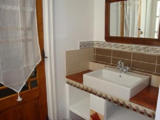 Le Village: salle de bain chambre Saigon