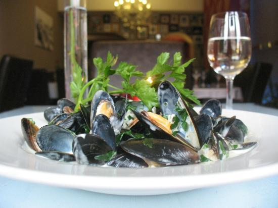 Cascades Restaurant: Moules Mariniere with cream and garlic