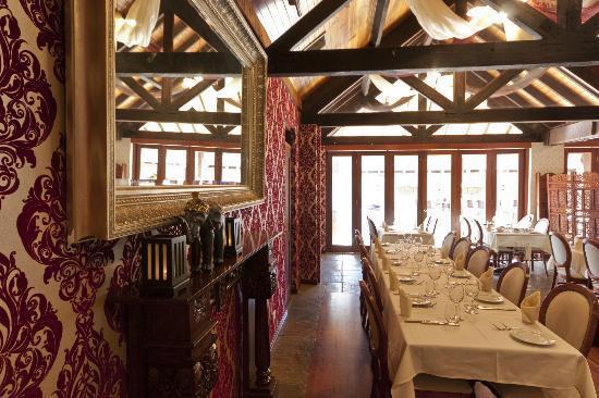 Maharaja Margaret River Restaurant: Ceiling beams of Jarrah from the old Fremantle Wharf