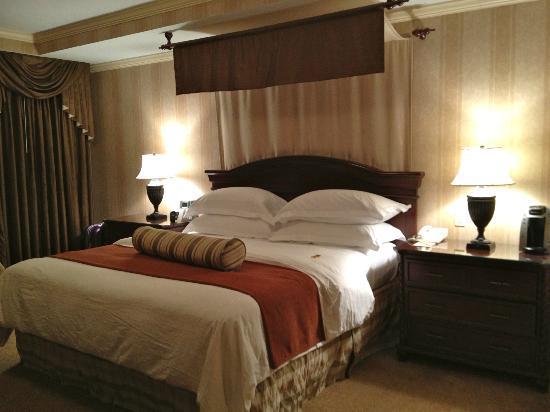 The Talbott Hotel: letto a baldacchino