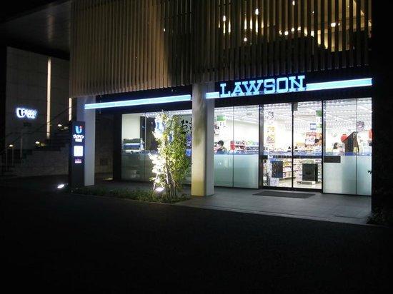 Viainn Higashi Ginza: 1階ローソン、2階に見えるのが朝食会場