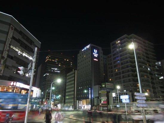 Viainn Higashi Ginza: 築地4丁目交差点からホテルを撮影