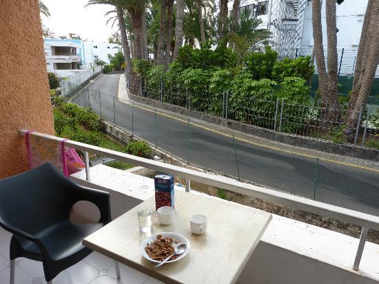 Oasis Maspalomas: Service road to Palm Beach on other side of the apartment