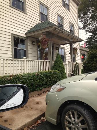 Lane's Privateer Inn: The parking lot entrance