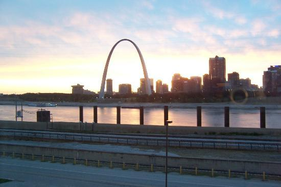 Casino Queen Hotel and RV Park: Gateway Arch early evening