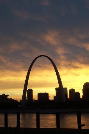 Casino Queen Hotel and RV Park: Gateway Arch at sunset