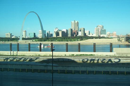 Casino Queen Hotel and RV Park: Early morning view of Miss. River & Arch