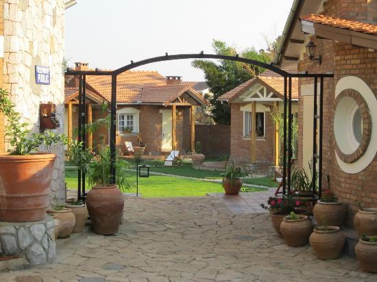 Jardin interieur picture of couleur cafe antsirabe - Jardin hydroponique d interieur ...