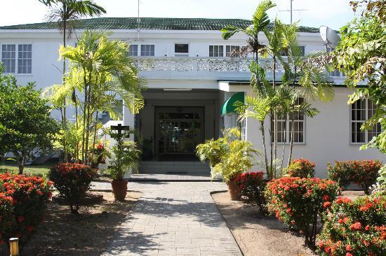 Hotel Residence Inn Paramaribo: Binnenplaats met achterzijde van de lobby