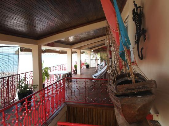 Aviavy Hotel: La terrasse menant aux chambres