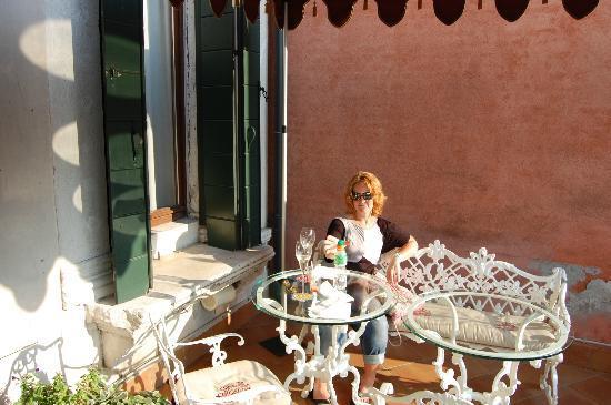 Al Ponte Antico Hotel: enjoying the balcony which overlooked the Rialto Bridge