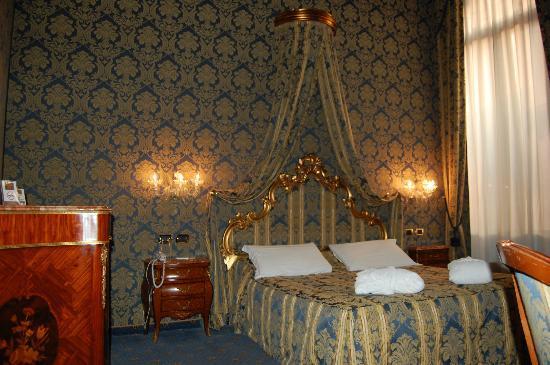 Al Ponte Antico Hotel: This was our room