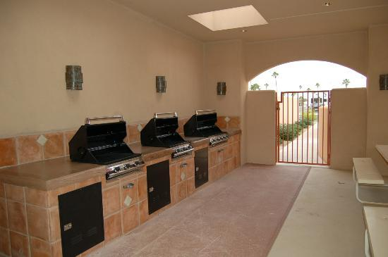 Mesa Spirit RV Resort: BBQ's in unit 1 pool