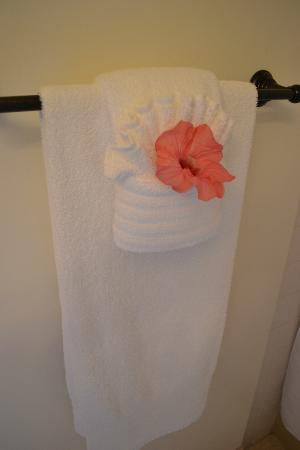 The Inn at Mama's Fish House: Flowers in towels!!!