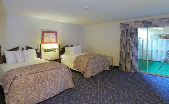 Regency Inn and Suites West Springfield: Balcony Suite Double Beds