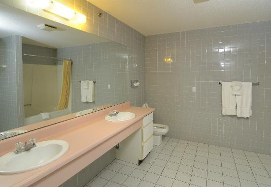 Regency Inn and Suites West Springfield: Bathroom Deluxe King Suite