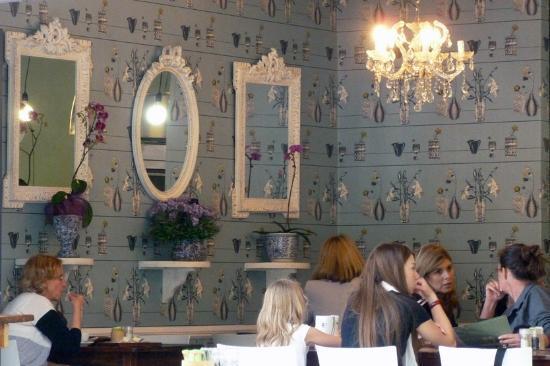 Vovo Telo: Wonderful wallpaper, mirrors and chandelier