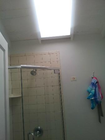 Cypress House Hotel : Key West: clean new bathroom, sky light