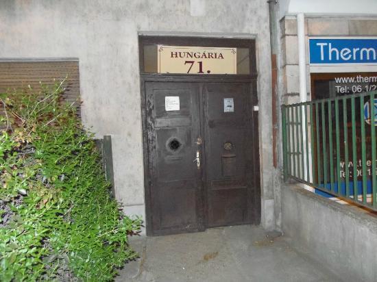 Hungaria Guesthouse: Il portone