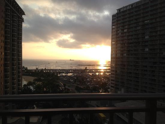Grand Waikikian by Hilton Grand Vacations: キッチン側からの夕日