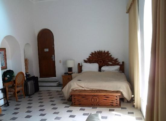 Mia Cancun: Bed and front door in 407