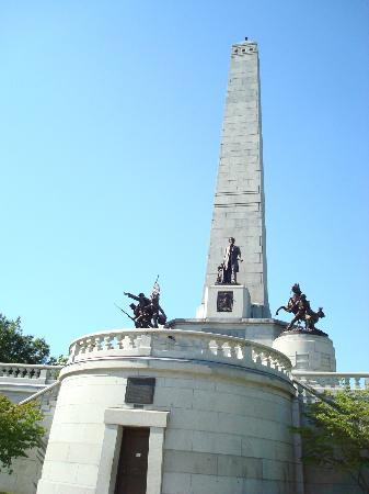 Oak Ridge Cemetery: Lincoln Tomb is inside.